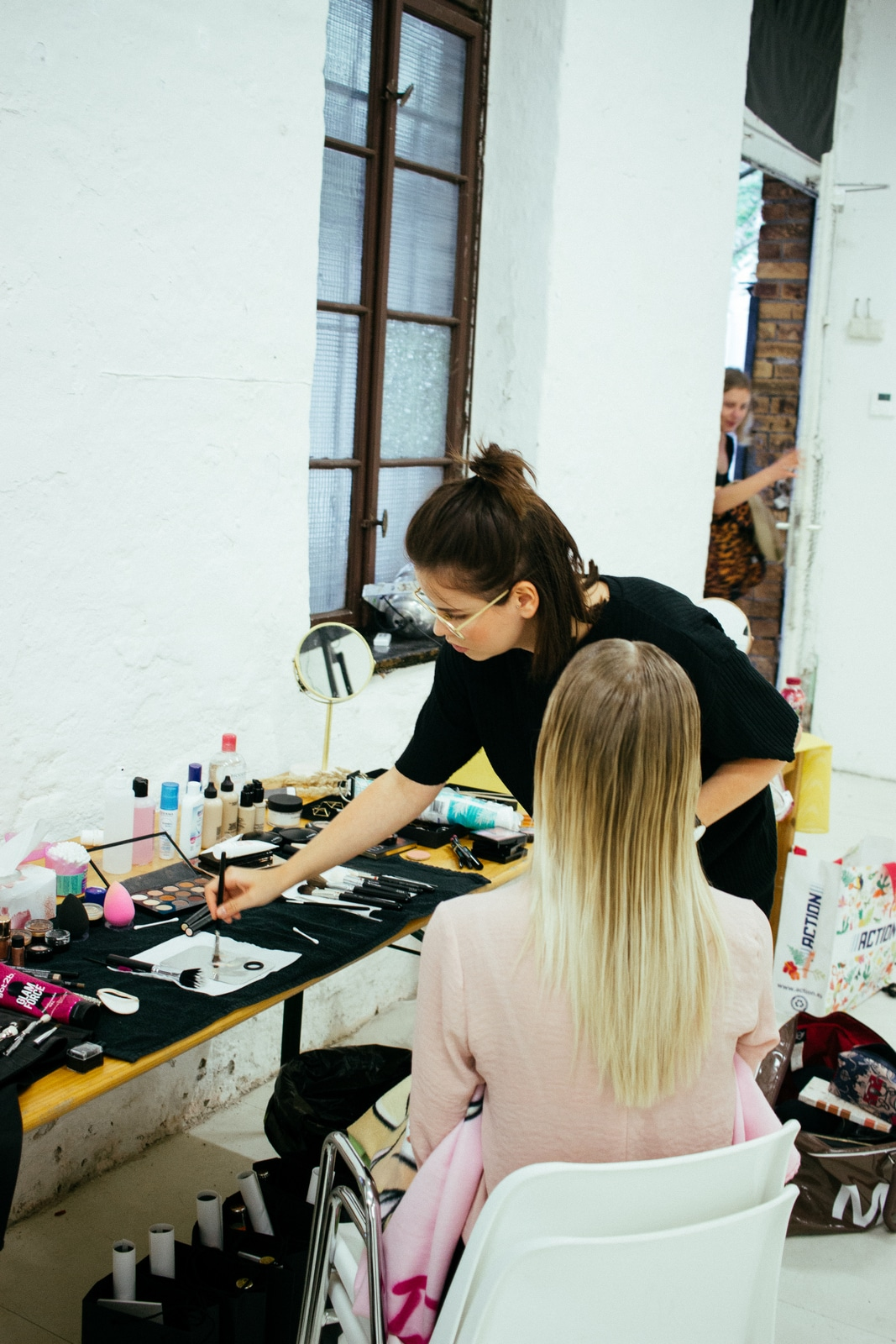 Stylistin und Visagistin Julia Neumeister backstage fashionshow Mac Cosmetics