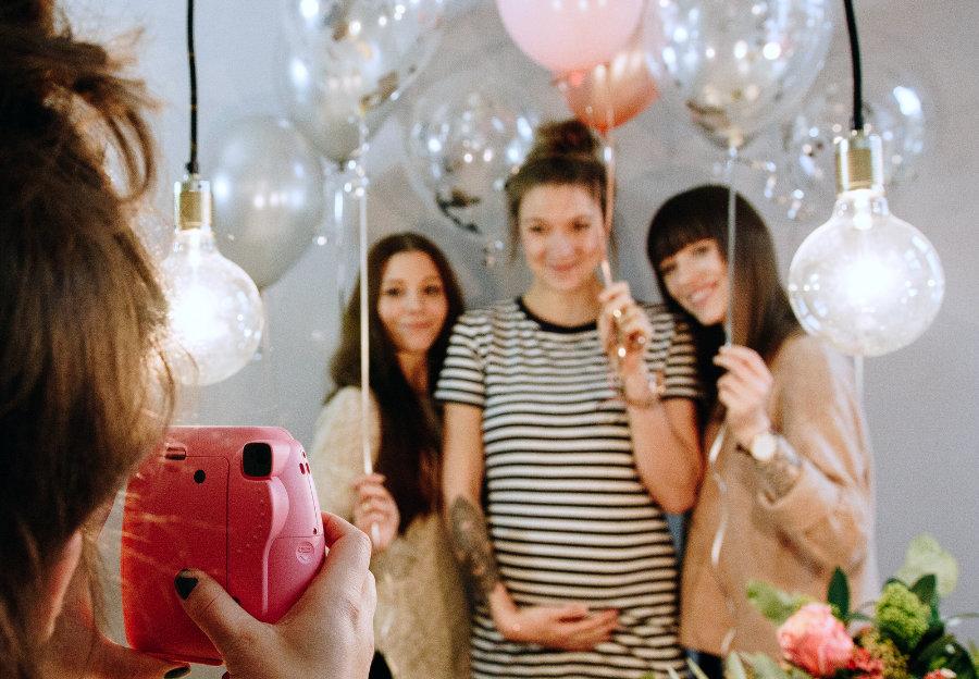 Luftballons bunt Mädchen Party rosa Polaroid Kamera Instax
