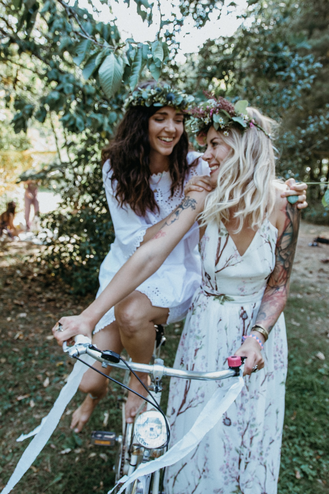 bridal shower Junggesellinnenabschied Coachella Style JGA Deluxe Boho Picknick Folklore wedding Inspiration Bacheloretteparty im Grünen Flowercrown bike outdoor event
